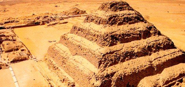 Da Pirâmide de degraus em Saqqara ao Monumento Escalonado em Zigurats